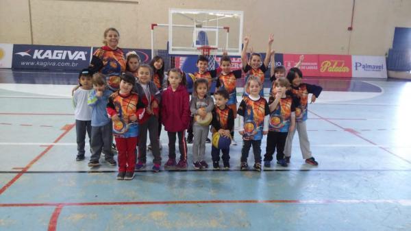 Projeto Basket Baby recebe uniformes em Palmas
